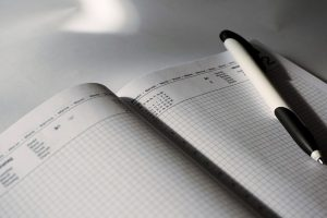 Calendar, dates, pen - if you wanna do the unpacking like a pro, then you need to create a good plan.