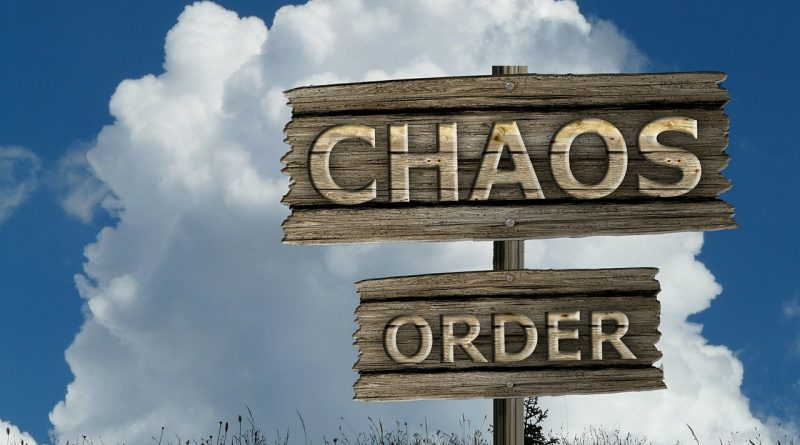 Sign chaos and order - You can put everything in order by decluttering before the move